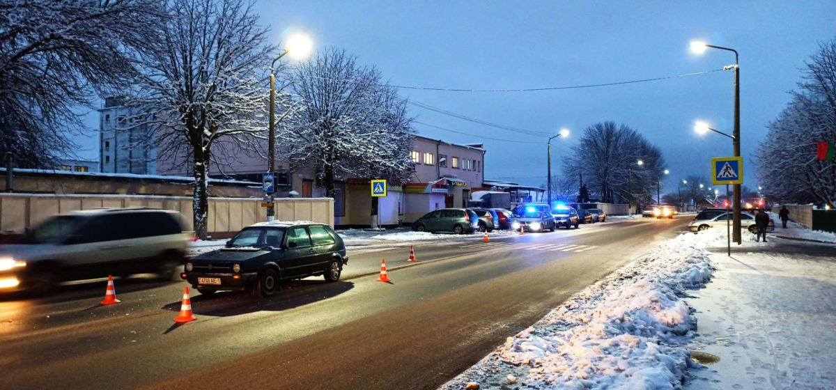 На пешеходном переходе в Барановичах машина сбила человека. Фотофакт