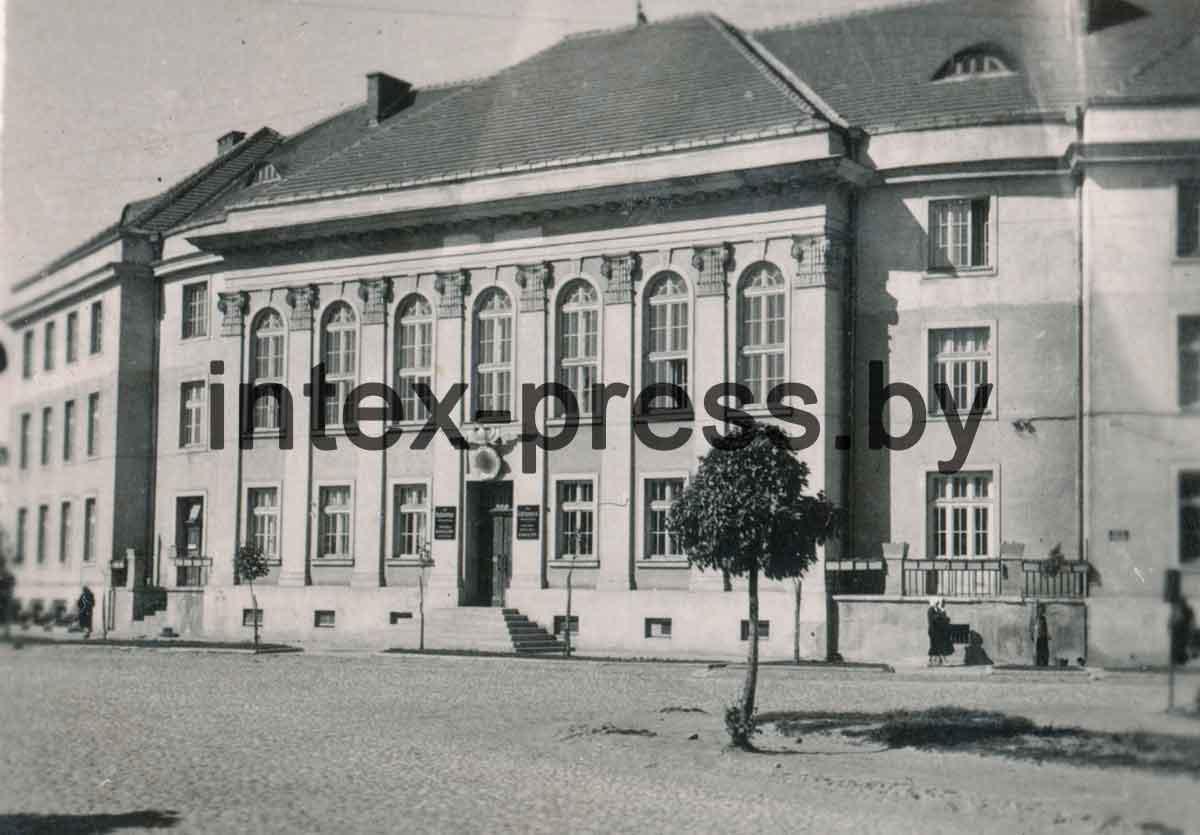 Фото Барановичского комиссариата, 1942. Из коллекции Ромуальда Жабика. Выкуплена на аукционе благодаря Олегу Лисовскому.