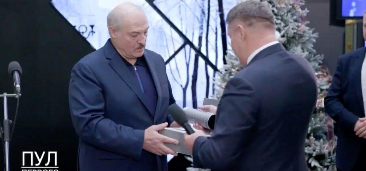 «Лазерны тэлевізар Гарызонт», які падарылі Лукашэнку, вельмі нагадвае кітайскі праектар 2018 года. ФОТЫ