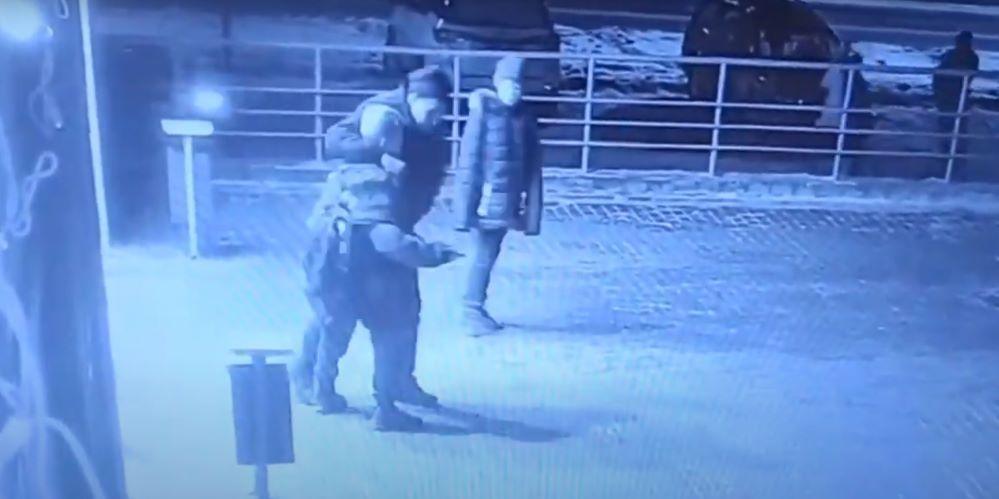 Пьяный мужчина на улице в Бобруйске напал на школьника и сломал ему нос. Видеофакт