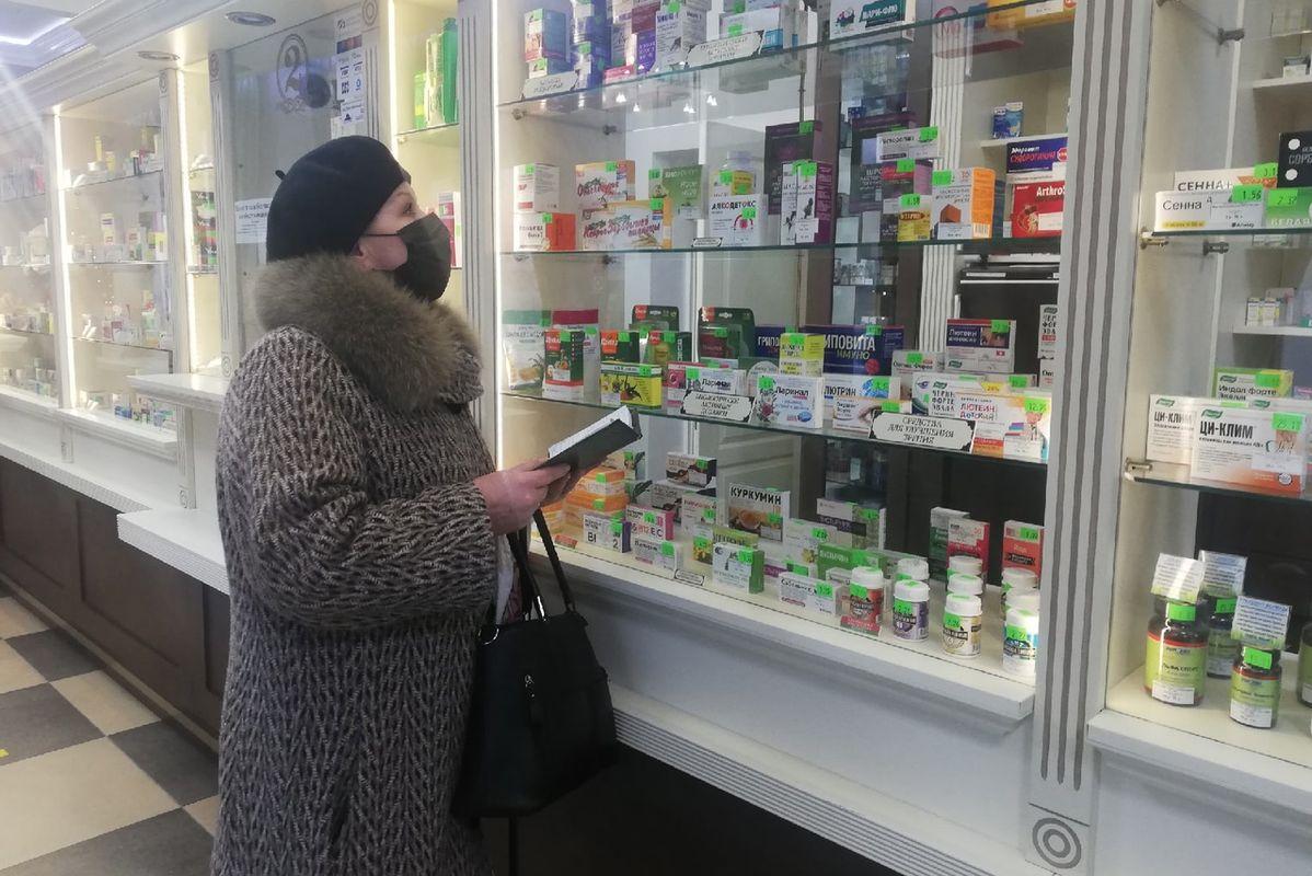 Марина Жура покупает медицинские препараты для людей, которые нуждаются в помощи. Фото: Кристина СОБИНСКАЯ