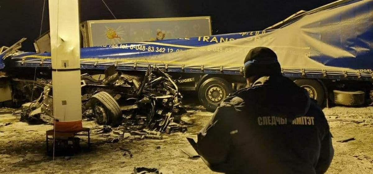 Водители двух фур погибли в лобовом столкновении под Крупками. Видео