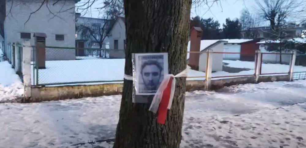 Более 100 портретов политзаключенных развесили на деревьях в Барановичах. Видеофакт