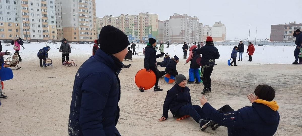 Море детей. Как жители Боровков в Барановичах проводят снежные выходные