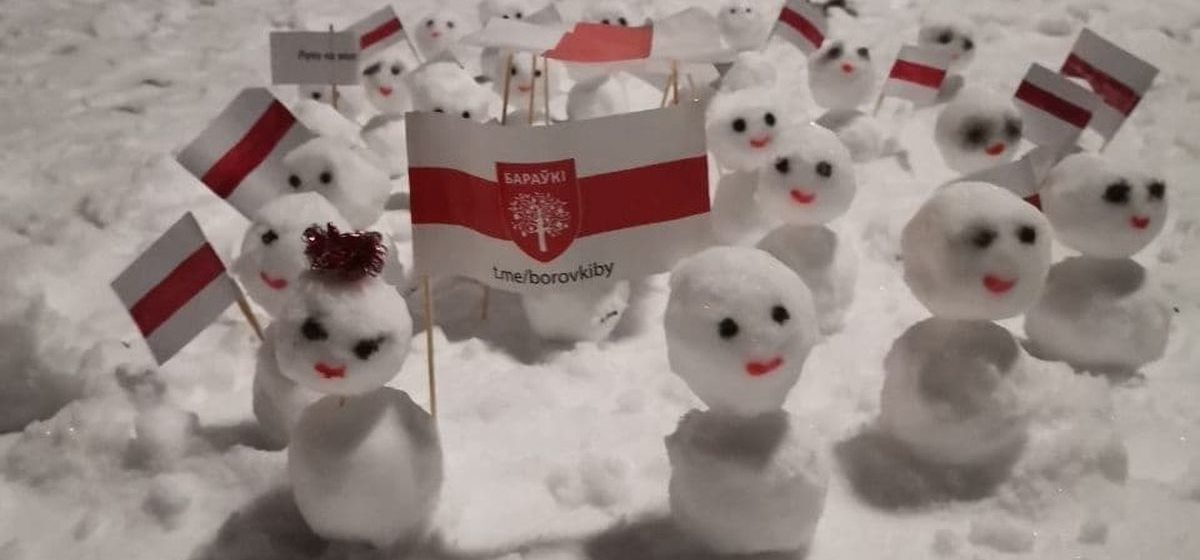 Снеговики вышли на марш протеста в Барановичах. Фотофакт