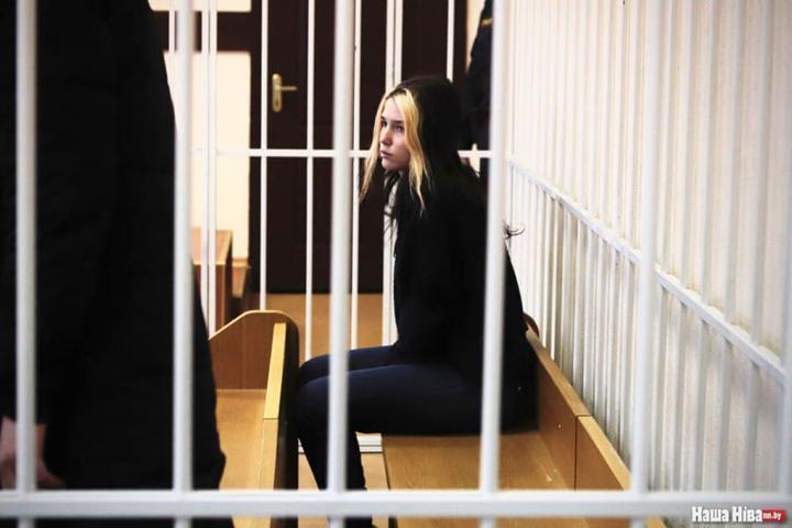 «Желала представить Лукашенко в унизительном положении». Судят девушку, которая нанесла надписи на щиты военных