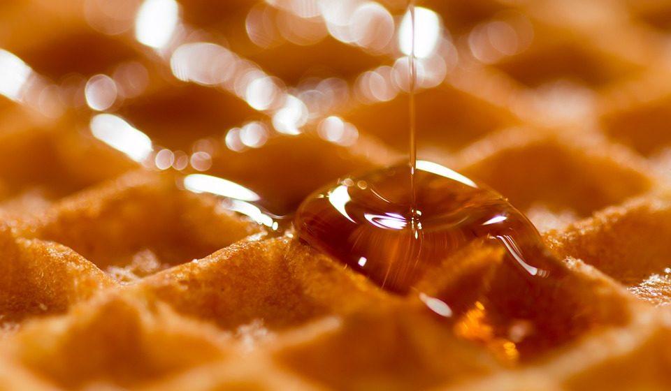Врач рассказал, кому нельзя есть мед
