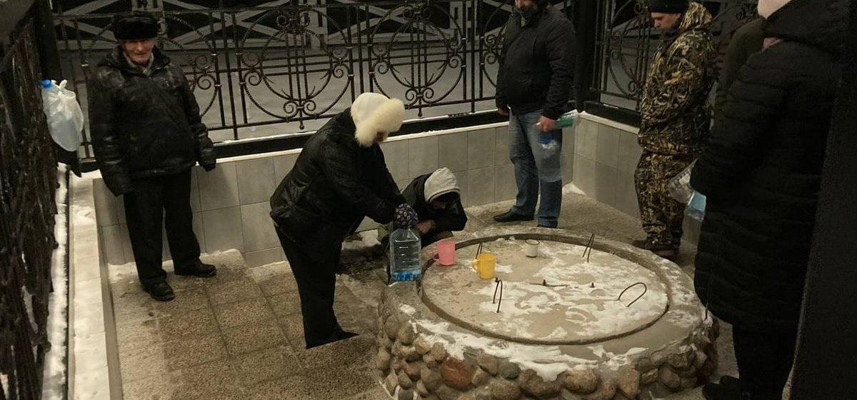 Очередь за святой водой в Жировичах. Фотофакт