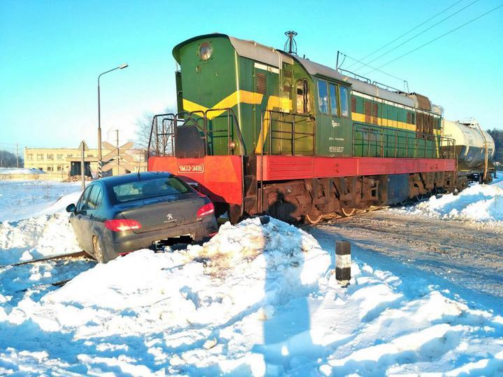 Тепловоз на железнодорожном переезде протаранил Peugeot в Любанском районе