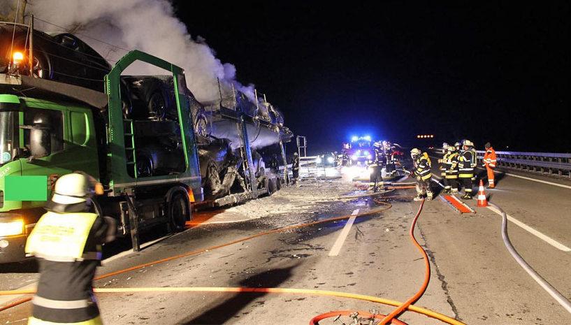 Семь машин сгорели на автовозе в Германии, которые вез белорус