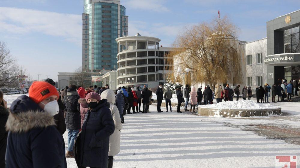 Перед зданием суда выстроилась огромная очередь желающих попасть на процесс над Бабарико. Фотофакт