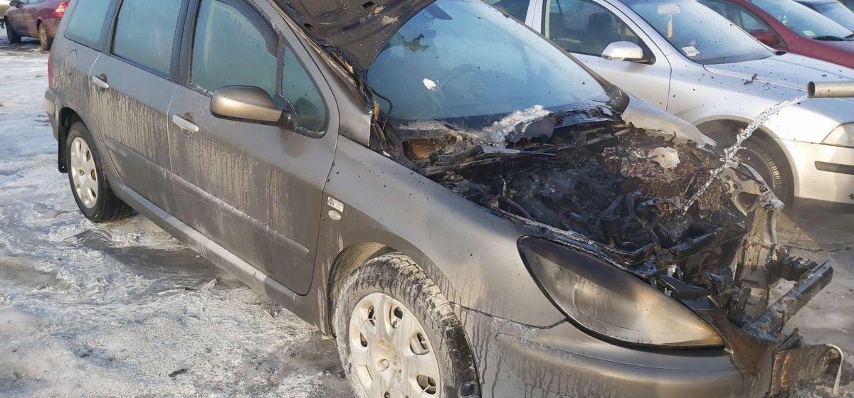 Автомобиль горел в Барановичах. Фото