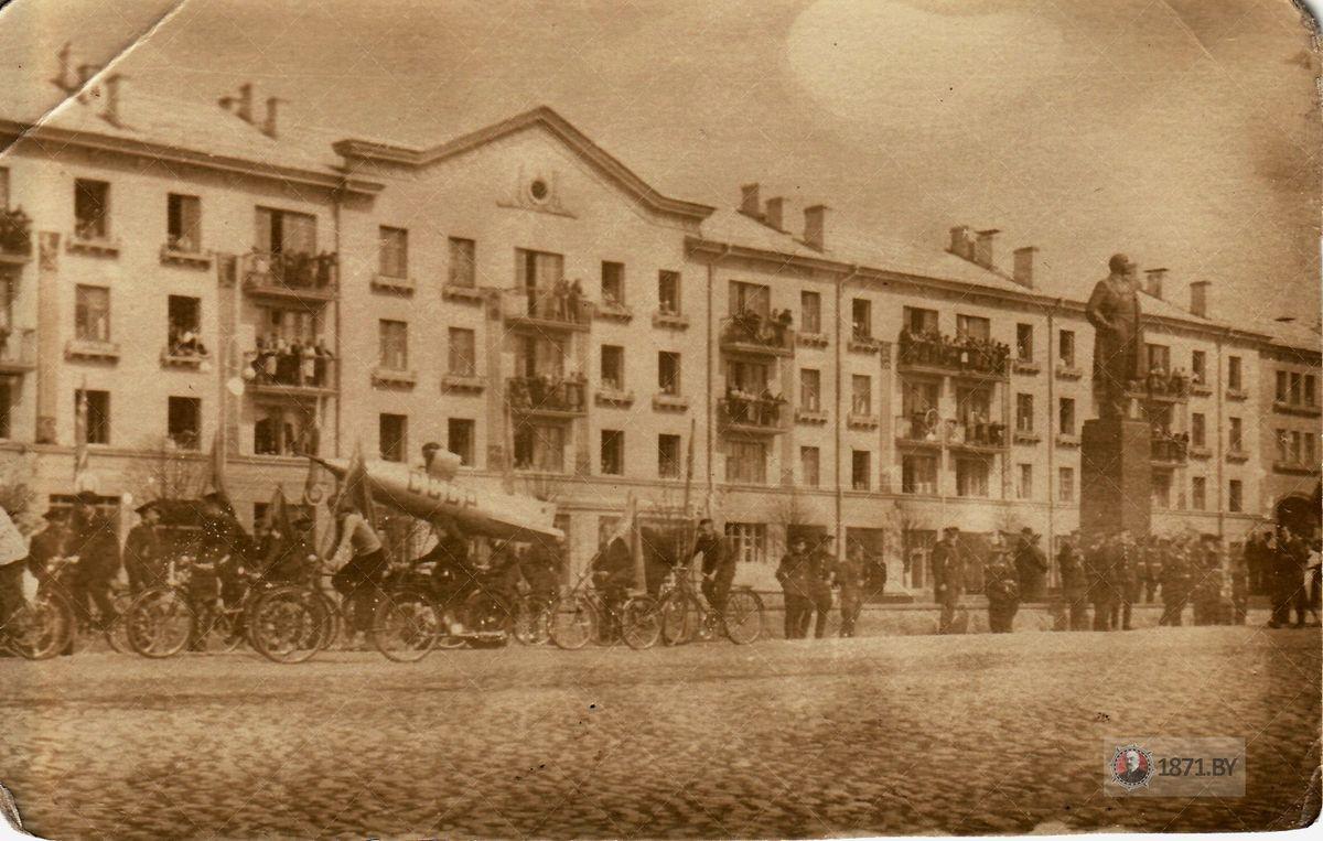 1961 год. Парад на площади Ленина. Фото: сайт 1871.by