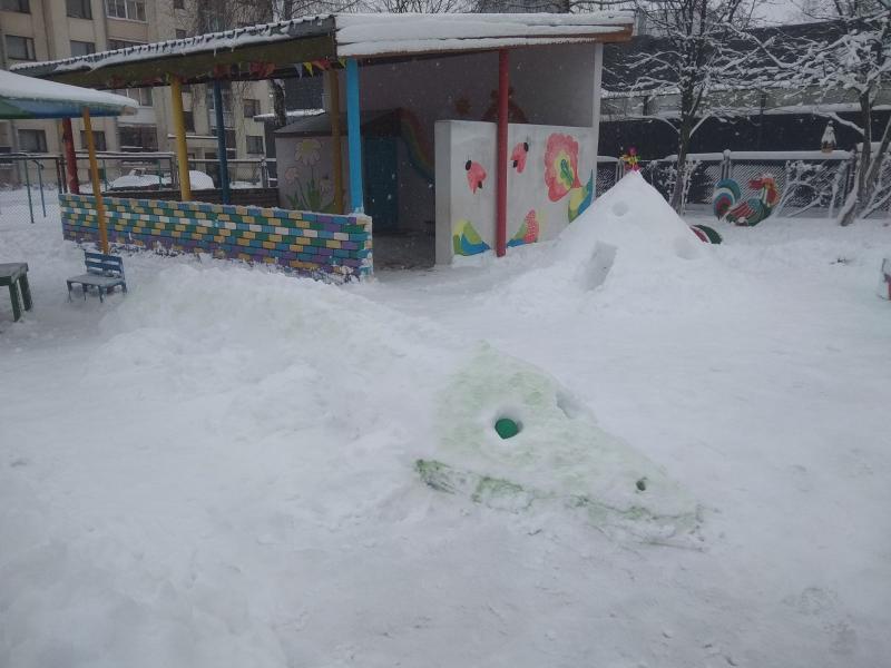 Замок из снега в процессе строительства