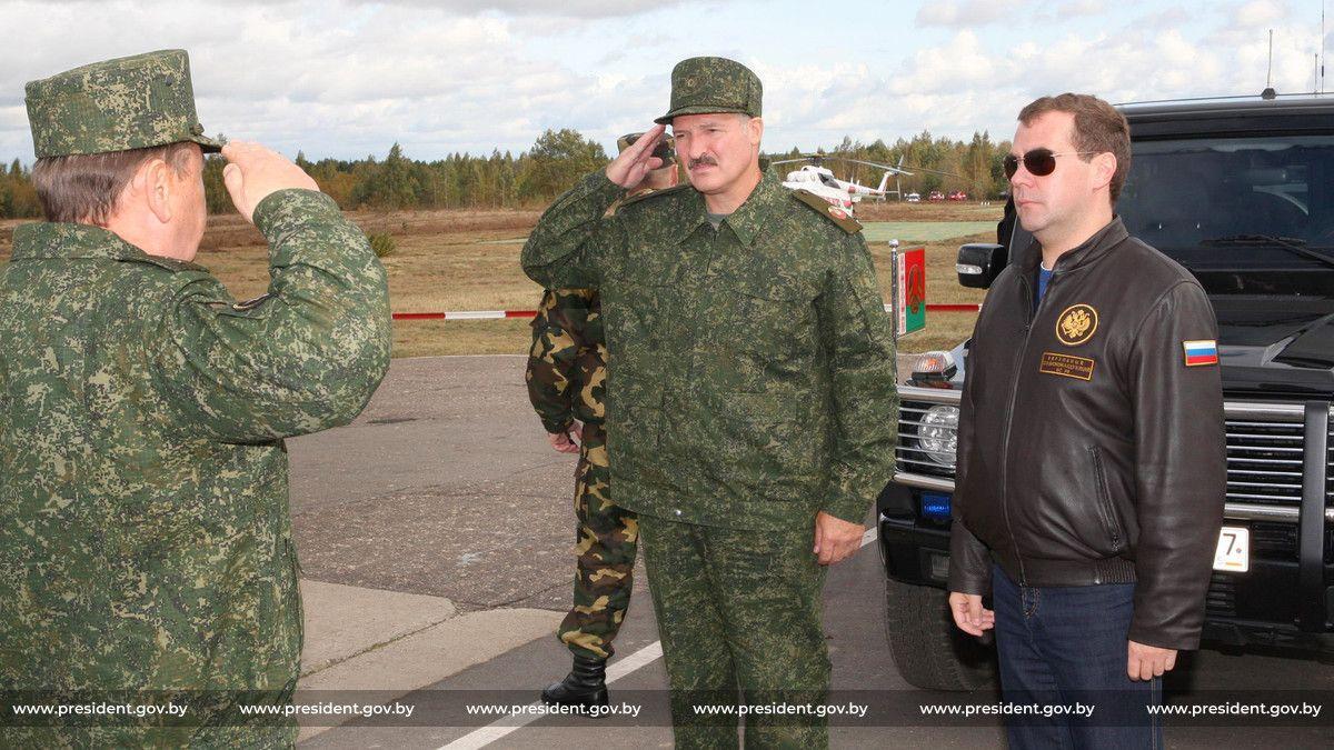 2009 год. Александр Лукашенко и Дмитрий Медведев на заключительном этапе оперативно-стратегического учения «Запад-2009». Фото: сайт president.gov.by