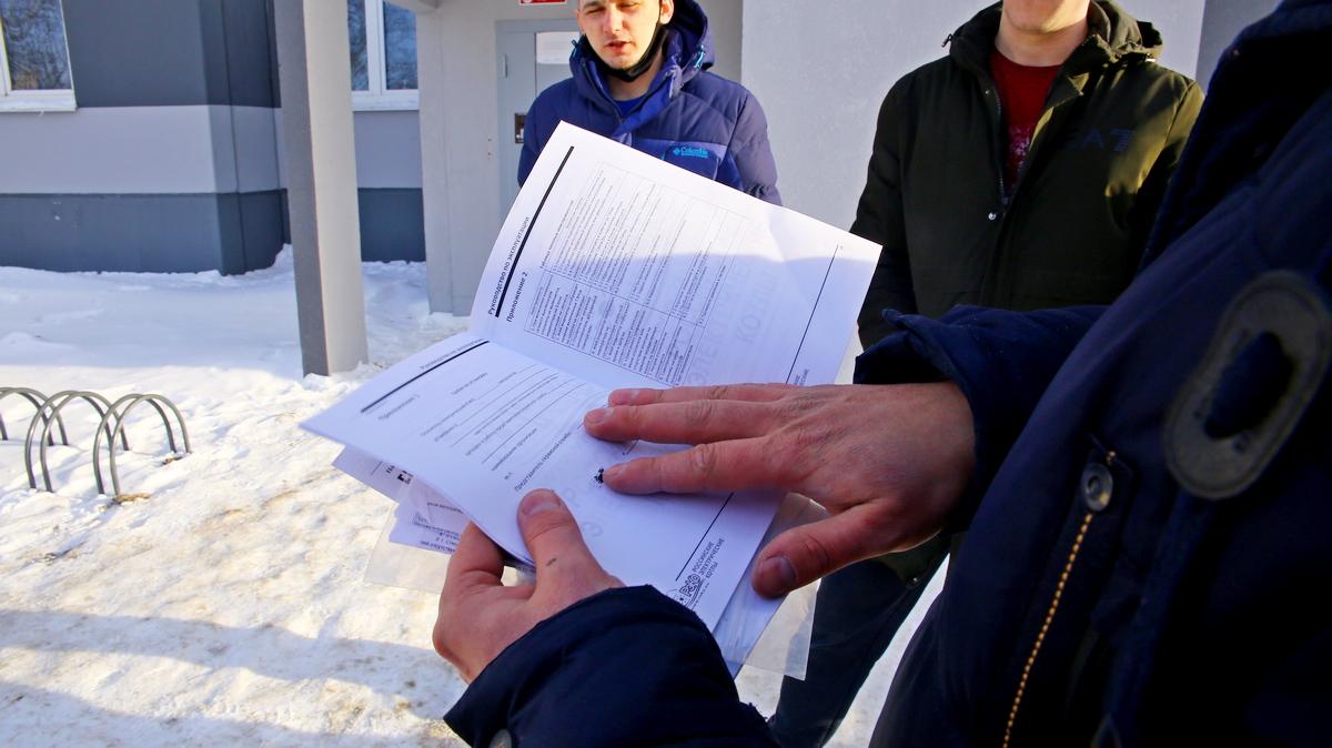 Кирилл Русак говорит, что в книжке на котел нет ни одной отметки. Фото:  Юрий ГОНЦАРЕВИЧ
