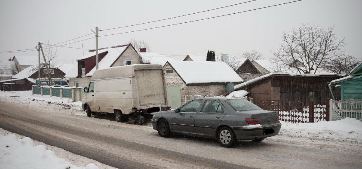 Peugeot въехал в стоящий автомобиль в Барановичах
