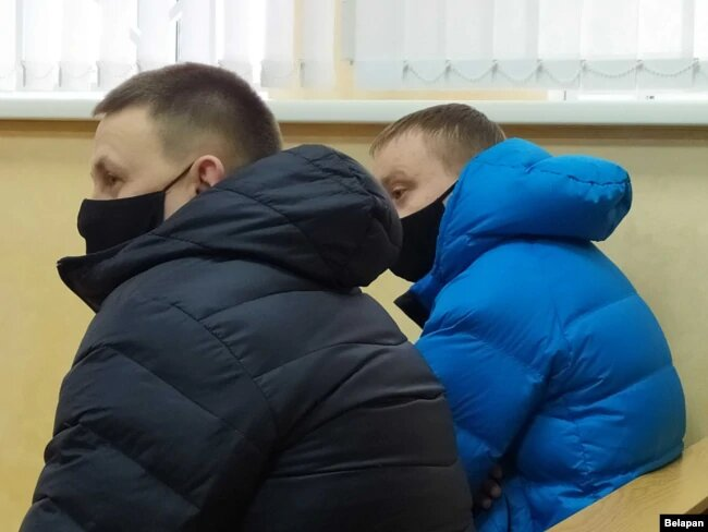 Пострадавшие милиционеры Александр Хваленя (в черной куртке) и Владимир Козловский (в синей)