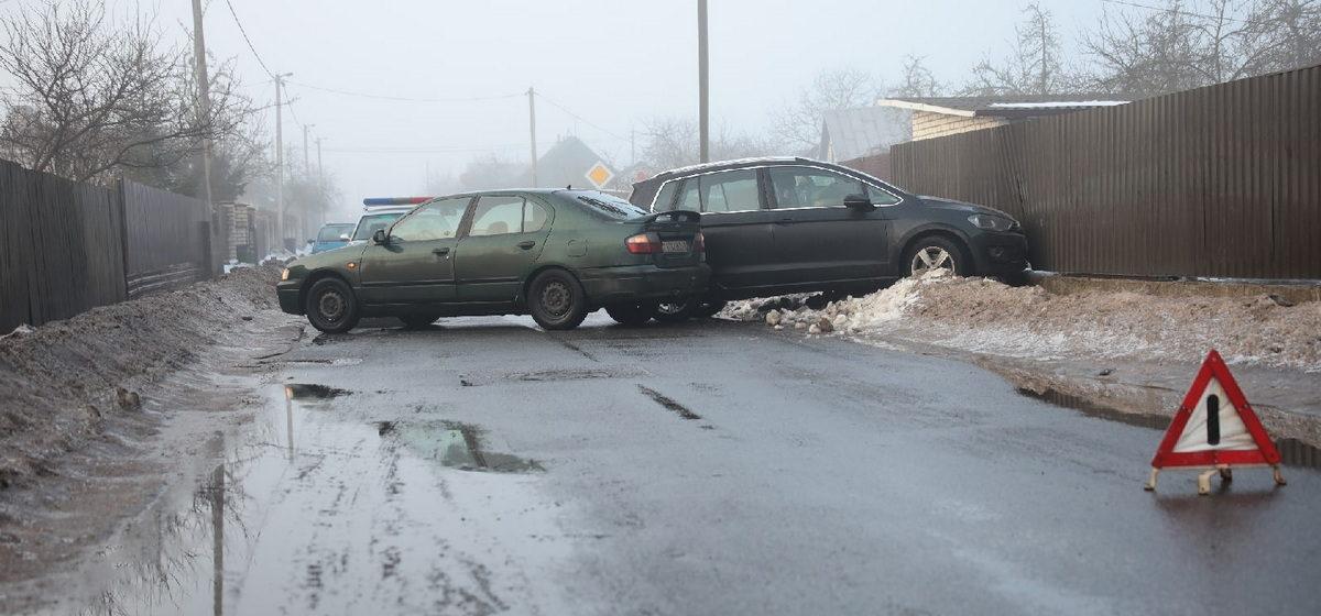 На скользкой дороге в Барановичах Volkswagen развернуло, он въехал в забор и зацепил Nissan