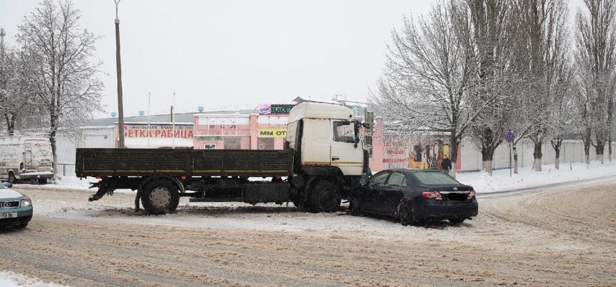 «МАЗ» и Toyota столкнулись в Барановичах
