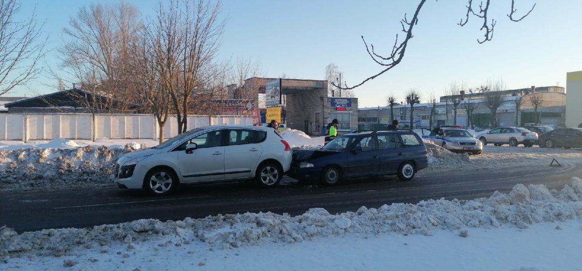 Opel врезался в стоящий в пробке Peugeot в Барановичах