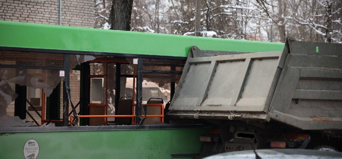 Стекла вылетели в городском автобусе после того, как он столкнулсяс «КамАЗом»