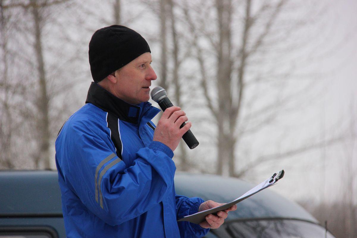 Начальник отдела спорта и туризма Барановичского горисполкома Сергей Пиваш приветствует участников соревнований. Фото: Никита ПЕТРОВСКИЙ