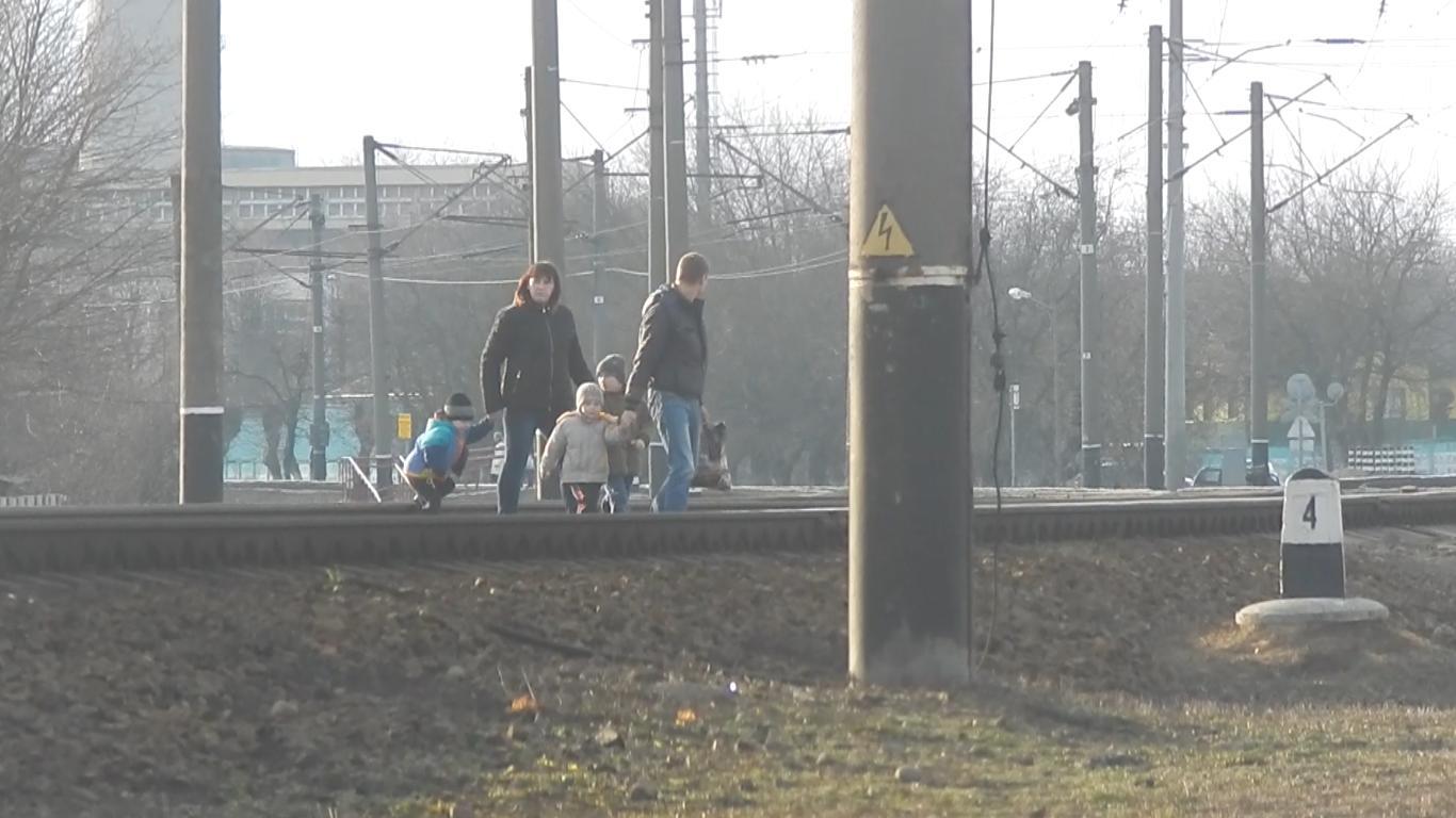 Родители переводят детей через железнодорожные пути в Барановичах. Фото: предоставлено Барановичским ОВДТ