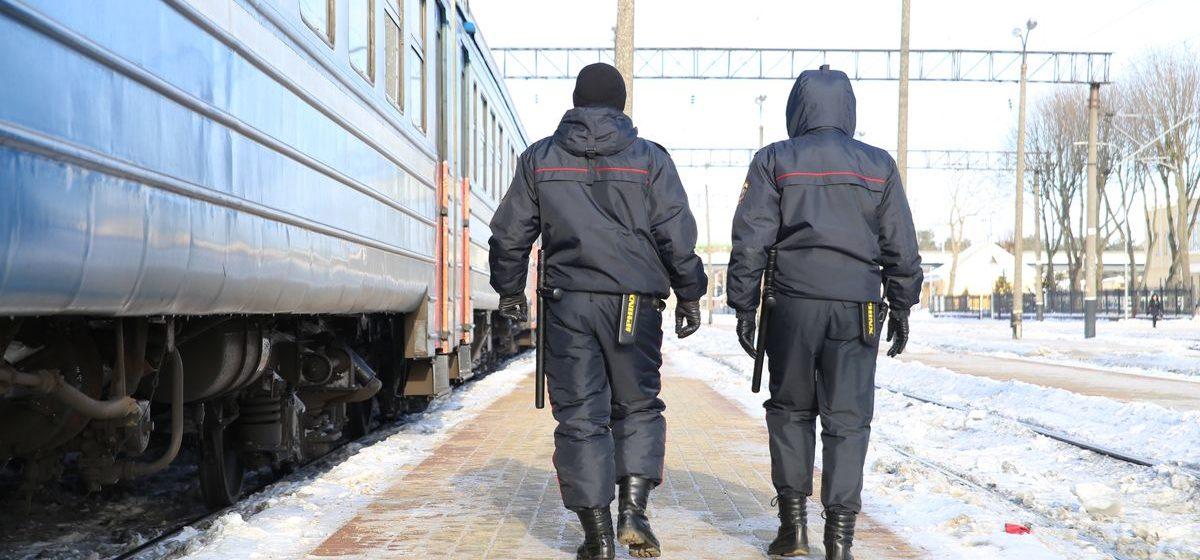 Парень в поезде хотел познакомиться с девушкой и отправил ей сообщение о «минировании». Возбуждено уголовное дело