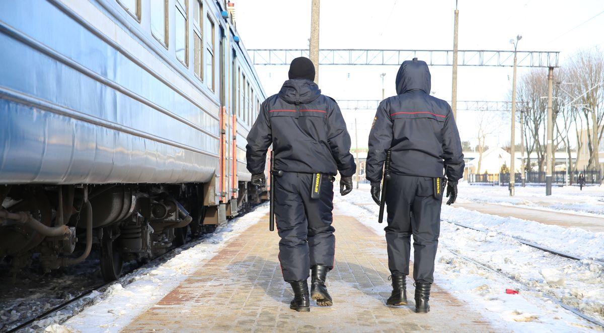 Работники Барановичского ОВДТ проверяют вагоны перед отправлением поезда. Фото: Никита ПЕТРОВСКИЙ