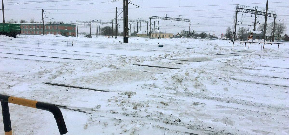 Вопрос-ответ. Почему пешеходный переход на «кривом» переезде в Барановичах заставляют вагонами, из-за чего невозможно пройти?
