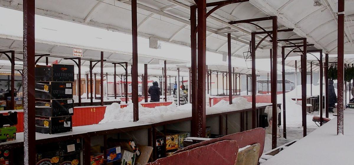 «Сами чистим снег, чтобы пришел покупатель». Что происходит на барановичском рынке в будний день. Видео