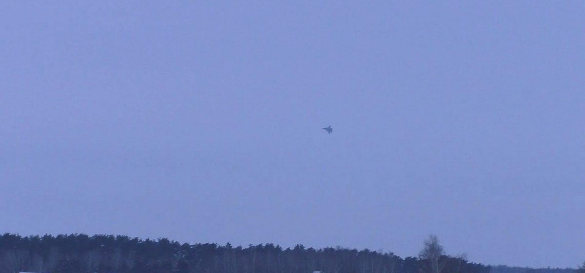 Как исполняют фигуры высшего пилотажа барановичские летчики. Видео