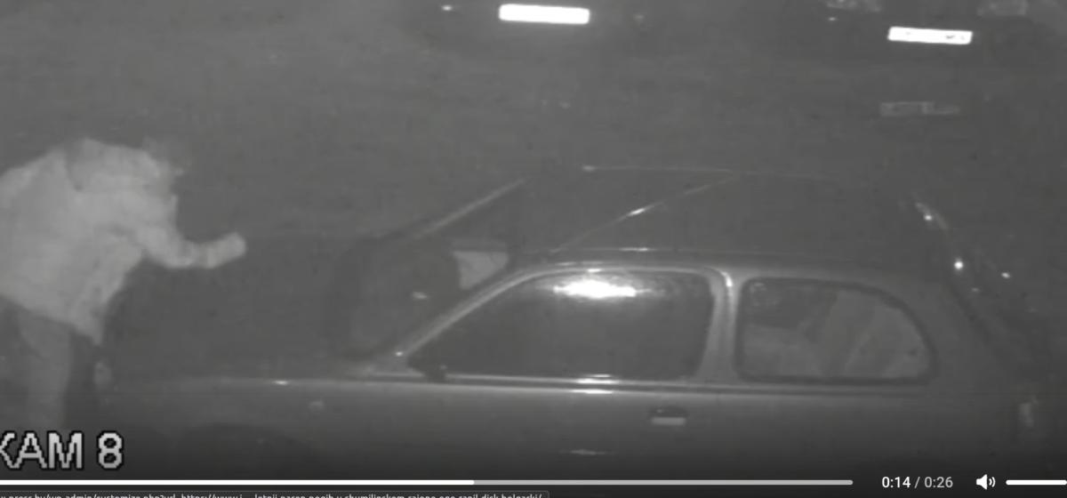 Милиция разыскивает мужчину, который на стоянке в Барановичах повредил чужое авто. Видео
