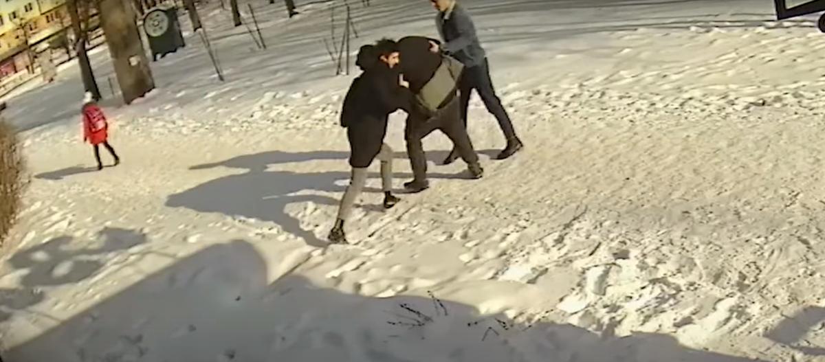 Пьяный мужчина избил школьника в Новополоцке — возбуждено уголовное дело. Видеофакт