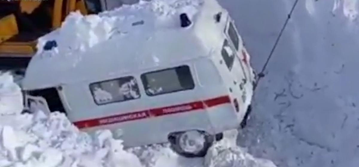 Машину скорой помощи пришлось откапывать из-под снега экскаватором после схода лавины. Видеофакт