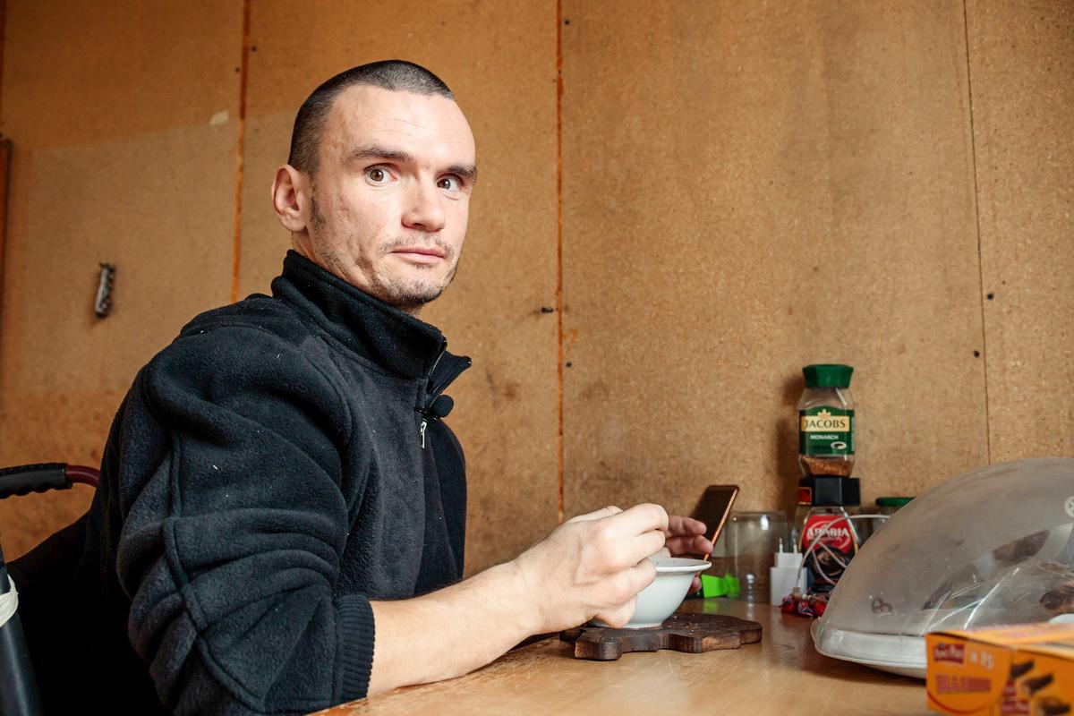 Валерий Медведь самостоятельно управляется по дому: готовит еду, наводит порядок. Фото: Александр КОРОБ