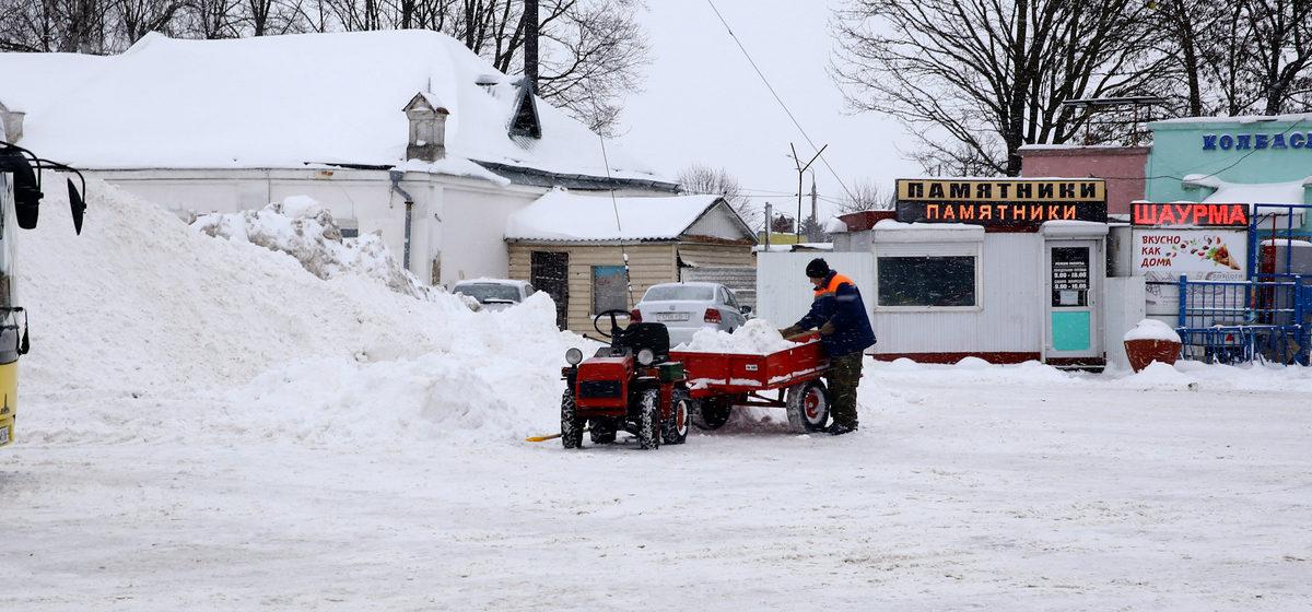 Горы снега и сугробы. Последствия сильного снегопада в ночь на 9 февраля в Барановичах. Фоторепортаж
