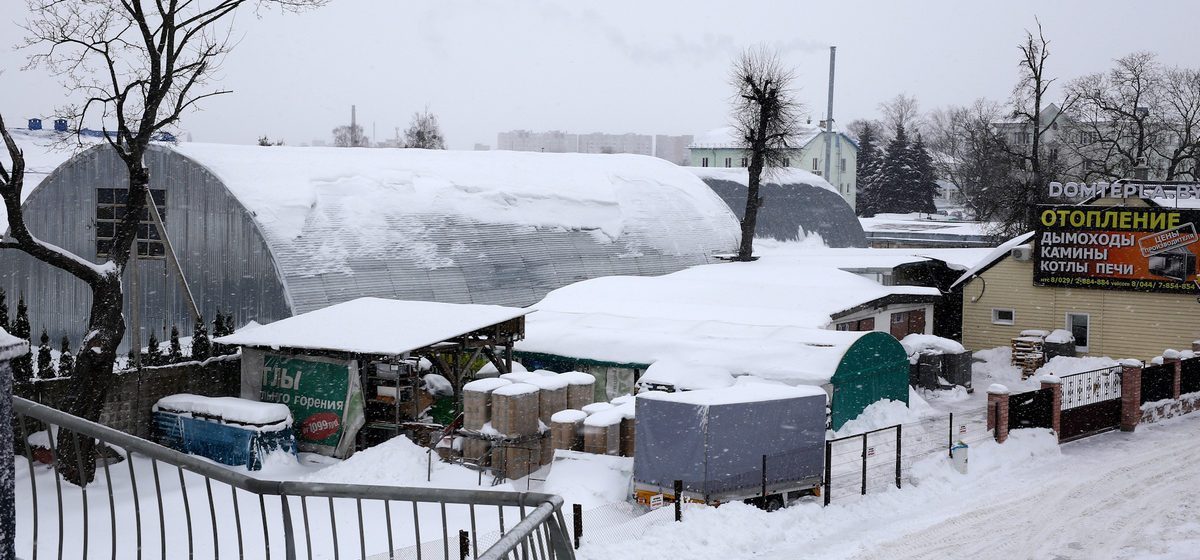 «Берем лопаты и расчищаем территорию». Как крупные предприятия Барановичей борются с последствиями снегопадов