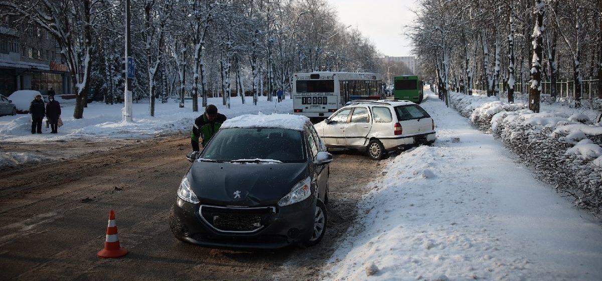 Fiat и Peugeot столкнулись в Барановичах. От удара Fiat развернуло, а «француза» зацепил автобус