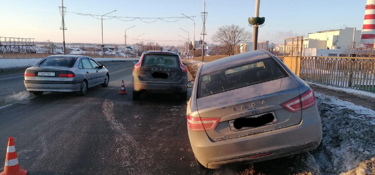 Автомобиль такси на путепроводе в Барановичах врезался в Volvo
