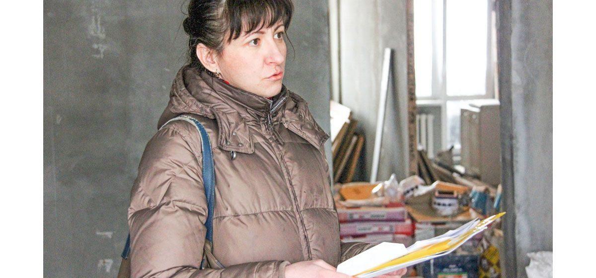 «Фекалии просочились даже через входную дверь». Многодетная семья из Барановичей получила новую квартиру с «сюрпризами»