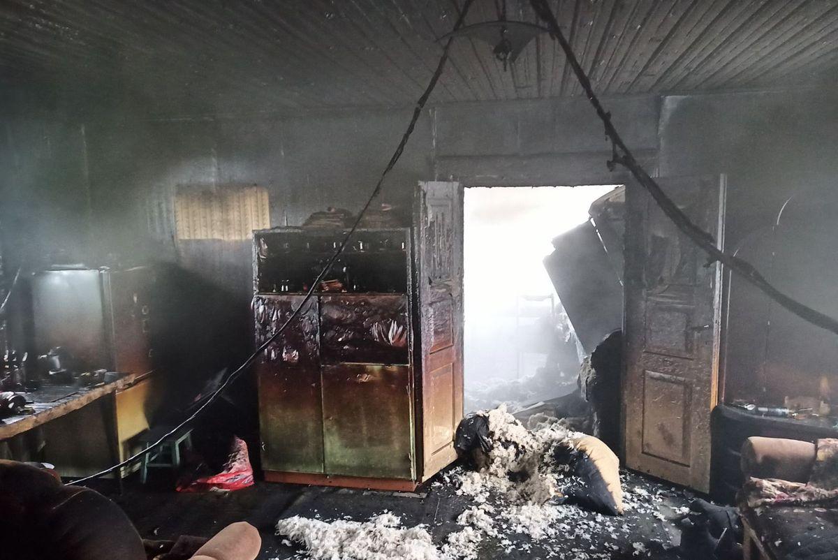 После пожара в доме в агрогородке Остров Ганцевичского района. Фото: ОУ МЧС Брестской области