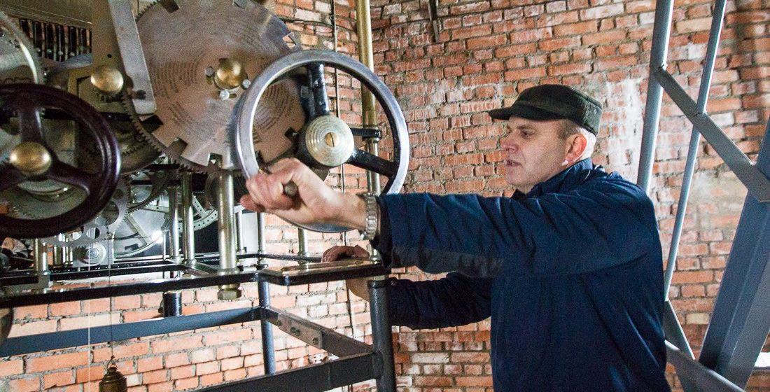 «Я не могу это проглотить». Уникальный часовщик городской Ратуши в Могилеве в знак протеста уволился