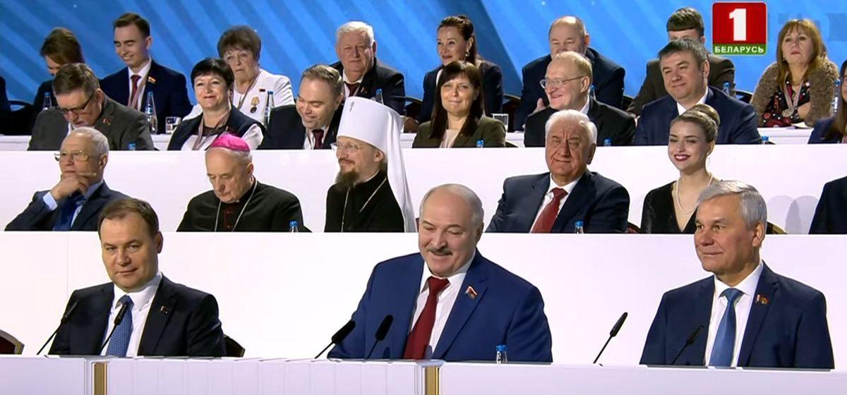 Смех в зале и президиуме. Как смеются делегаты и Лукашенко на Всебелорусском собрании. Фото