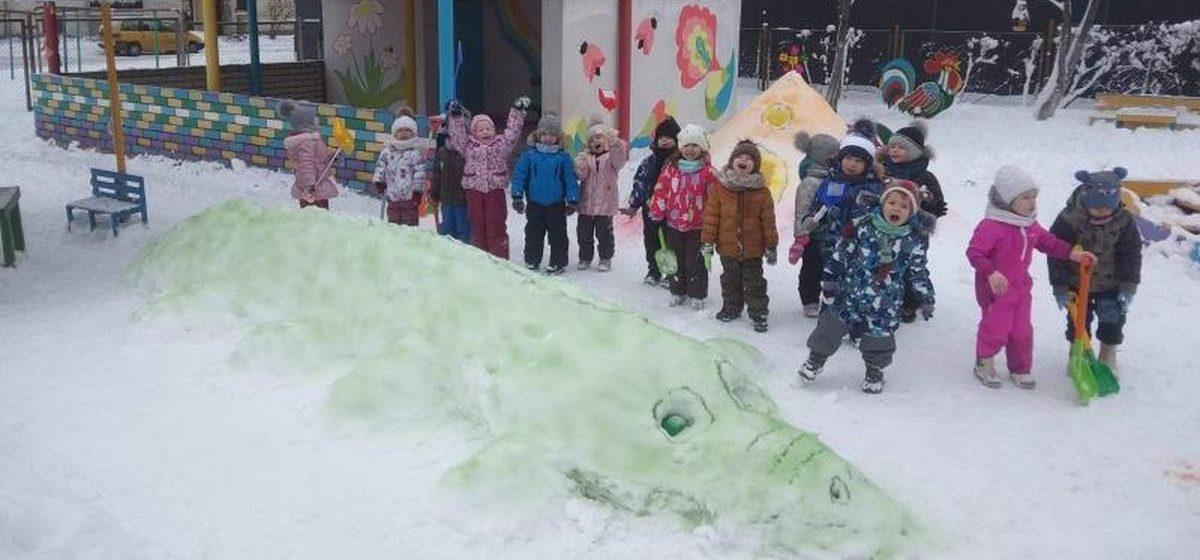 Огромного крокодила и замок из снега слепили дети в детском саду в Барановичах. Фотофакт