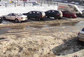 Боги парковки. Как из-за неубранного снега водители уничтожают газоны в Барановичах. Видео