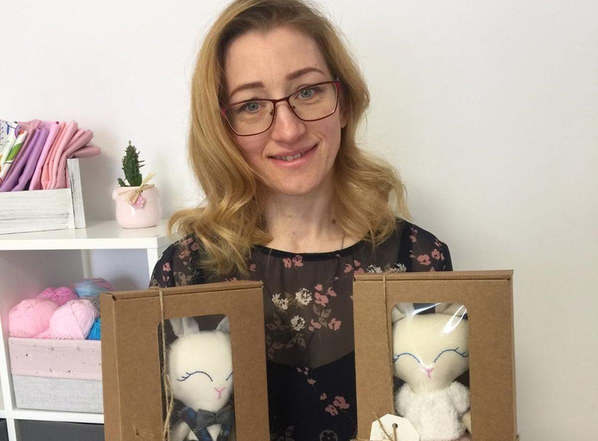Наталья Шишловская с игрушками, которых сама придумала и создала.