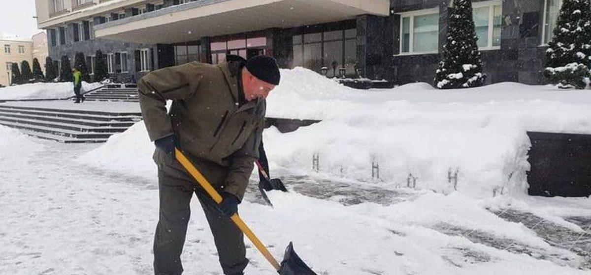Как Караник и Караев убирали снег в Гродно. Фотофакт