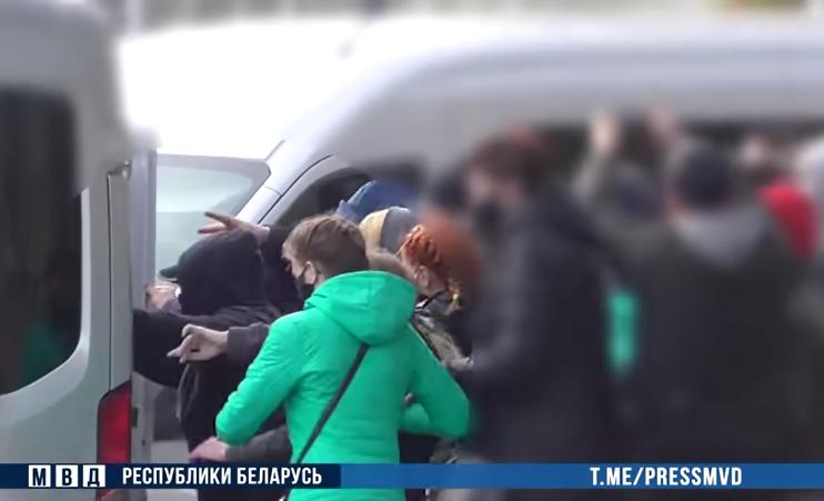 22-летнюю медсестру из Витебска, которая трижды пнула милицейскую машину, приговорили к лишению свободы. Вот сколько ей за это дали